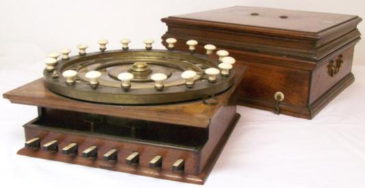 Manipolatore Aritmetico of Niccola Guinigi with its wooden container (© Arithmeum Museum, Bonn)