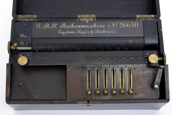 The calculating machine of Gustav Heyde and Otto Büttner, 1883, © Mathematisch-Physikalischer Salon, Dresden