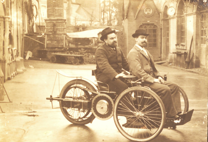 Léon and Camille Bollée, driving their ''Voiturette'' in 1896