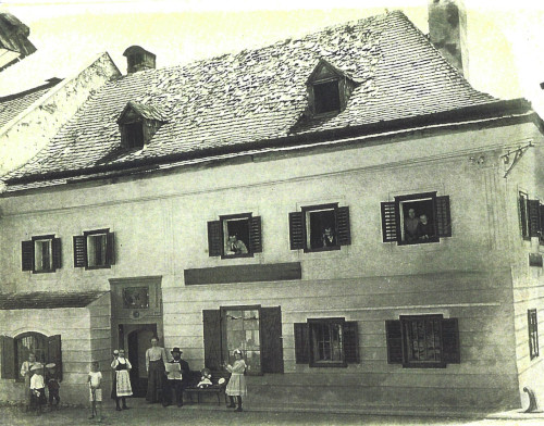 House Nieberlein in Schörfling, a traditional shop that grew out of the locksmith's shop of Ernst Pallweber, probably Josef Pallweber was born in this house in 1858