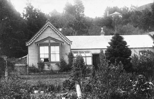 The house Te Moana (later known as Tiakiwai) at 2 Tinakori Road, Wellington, owned by Leonard and Jane Stowe.